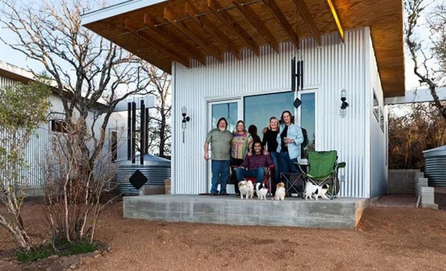 Amigos de toda la vida construyen una villa apartada de la sociedad para vivir todos juntos