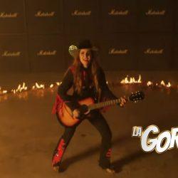 """Totalmente sexy Laura Denisse y Los Brillantes en video de """"Ring Of Fire"""""""